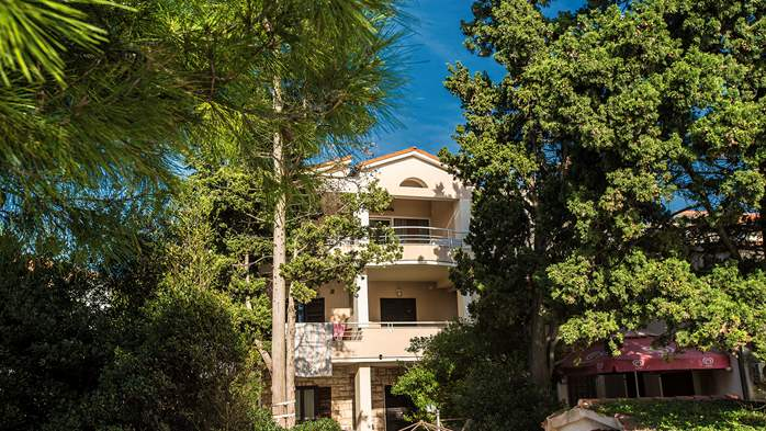 Private house in Pula, offers enjoyable lodging close to the sea, 23