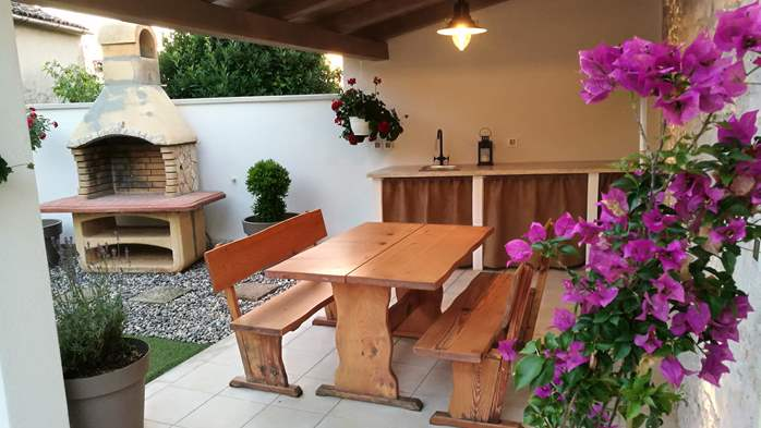 Nice house on two floors offers comfortable lodging, BBQ, terrace, 7