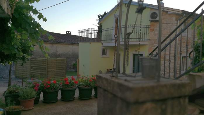 Nice house on two floors offers comfortable lodging, BBQ, terrace, 6