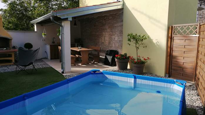 Nice house on two floors offers comfortable lodging, BBQ, terrace, 1