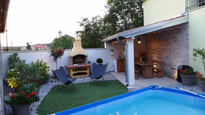 Nice house on two floors offers comfortable lodging, BBQ, terrace, 4