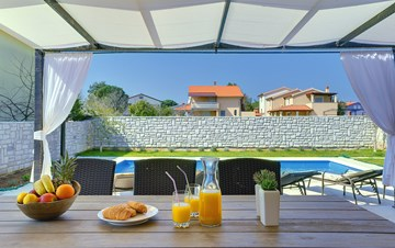 Gorgeous villa in Valbandon, with pool, barbecue and bikes