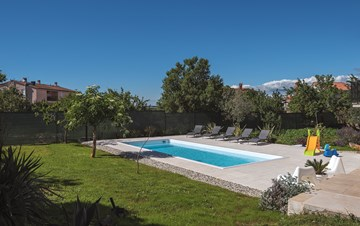 The house in Štinjan offers accommodation with pool