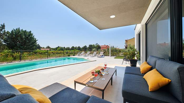 Contemporary villa with private pool in Novigrad, 4 bedrooms,WiFi, 3