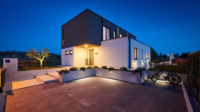 Contemporary villa with private pool in Novigrad, 4 bedrooms,WiFi, 6