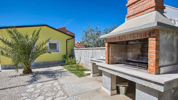 House near the sea in Medulin offers a private yard with BBQ, 8