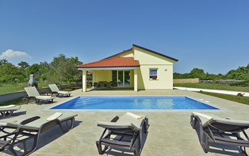Villa surrounded by nature, with outdoor pool and barbecue