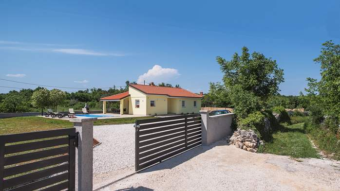 Villa surrounded by nature, with outdoor pool and barbecue, 4