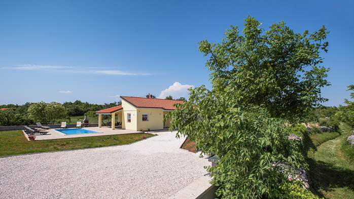 Villa surrounded by nature, with outdoor pool and barbecue, 6
