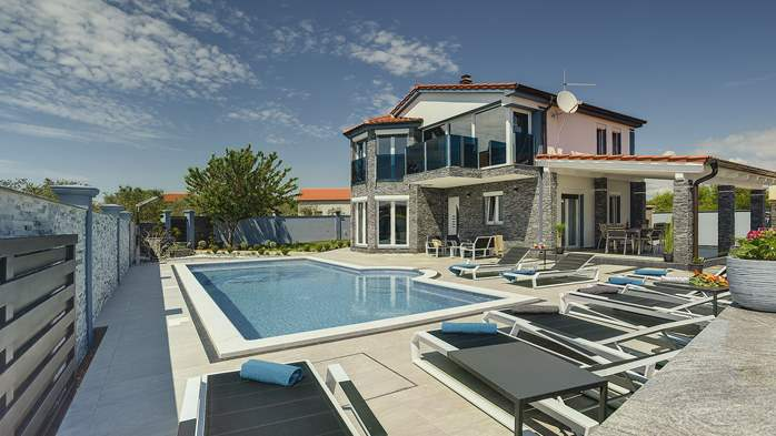 Beautiful villa for 10 persons, heated pool with hydromassage, 4