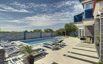 Beautiful villa for 10 persons, heated pool with hydromassage