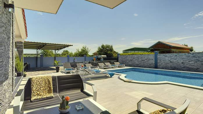 Beautiful villa for 10 persons, heated pool with hydromassage, 6