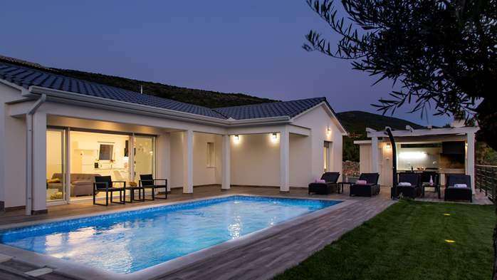 Gorgeous modern villa with private pool, sea view, terrace, WiFi, 2