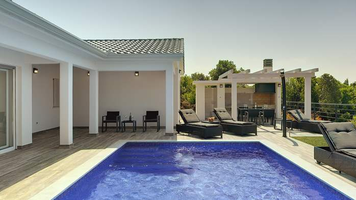 Gorgeous modern villa with private pool, sea view, terrace, WiFi, 5