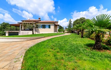 Charming villa with pool and garden, pets are welcome