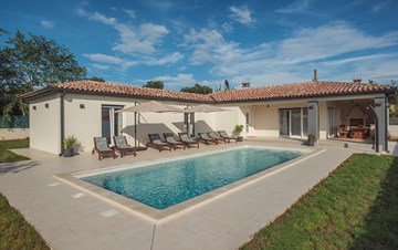 Modernly decorated villa for eight persons, with private pool