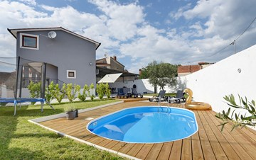Charming house with swimming pool and garden for up to 6 people