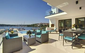 Enchanting villa in Pula with gorgeous pool directly on the beach