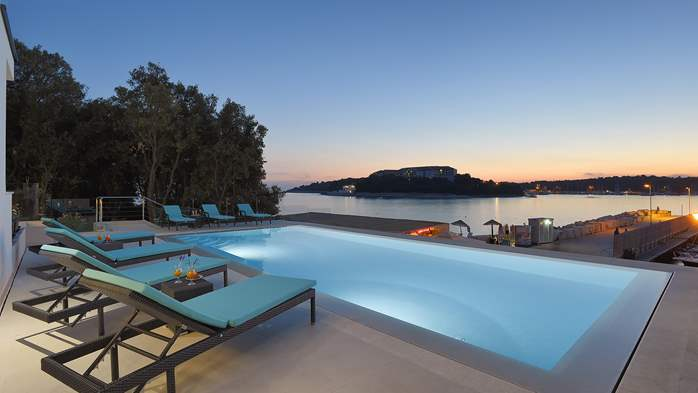 Enchanting villa in Pula with gorgeous pool directly on the beach, 1