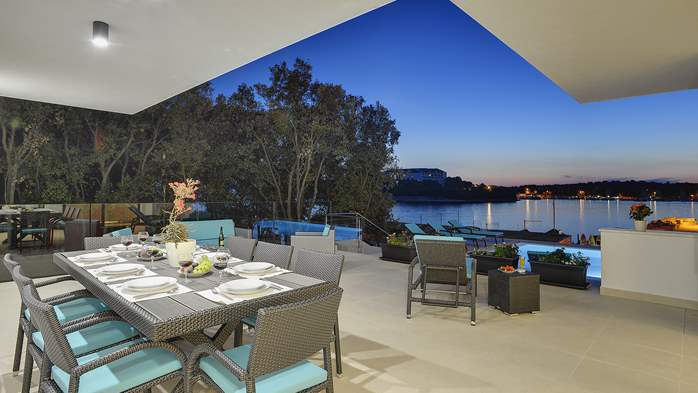 Enchanting villa in Pula with gorgeous pool directly on the beach, 4