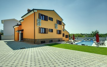 Spacious villa in Pula with pool and jacuzzi for 14 persons