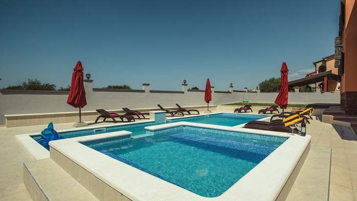 Spacious villa in Pula with pool and jacuzzi for 14 persons, 6