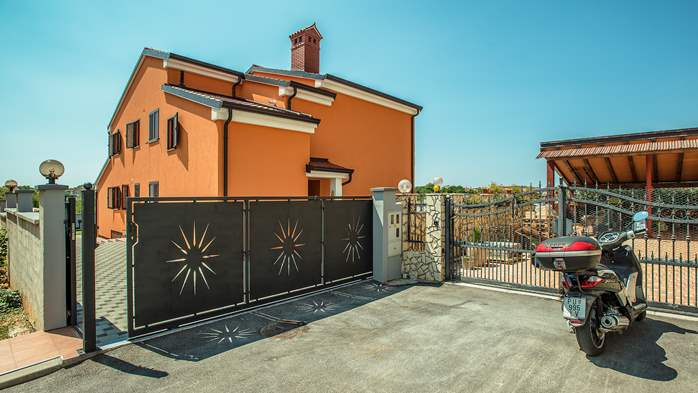 Spacious villa in Pula with pool and jacuzzi for 14 persons, 13