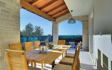 Newly built villa with a heated pool not far from Novigrad