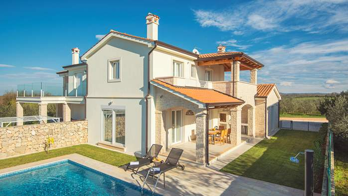 Newly built villa with a heated pool not far from Novigrad, 2