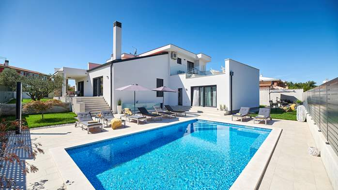 Irresistible villa with outdoor pool and playroom for 10 people, 1