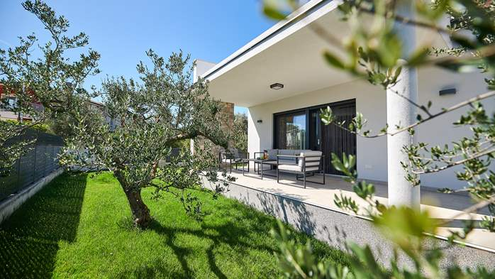 Irresistible villa with outdoor pool and playroom for 10 people, 12