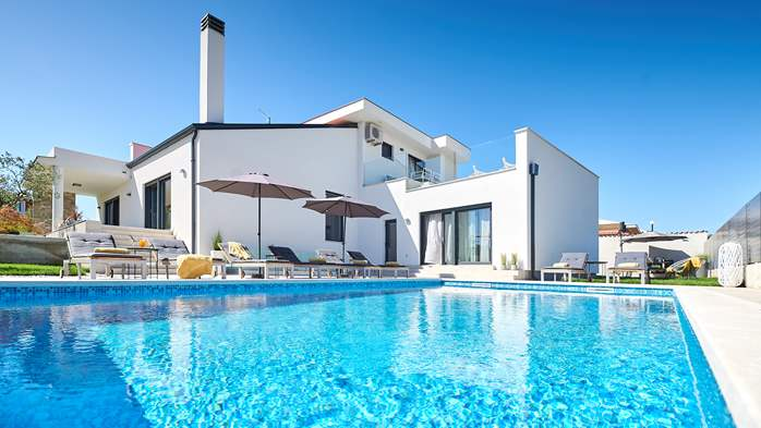 Irresistible villa with outdoor pool and playroom for 10 people, 2