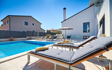 Irresistible villa with outdoor pool and playroom for 10 people