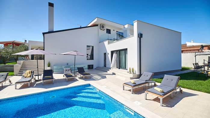 Irresistible villa with outdoor pool and playroom for 10 people, 3