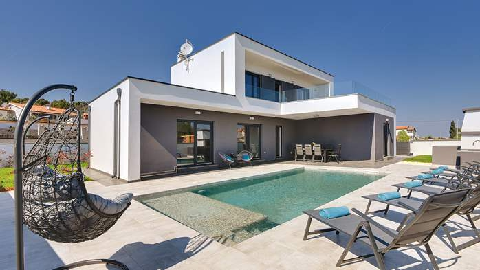 Modern villa with three bedrooms, an outdoor pool and WiFi, 1
