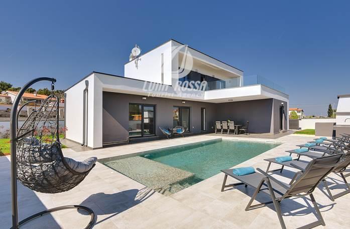 Villa moderna con tre camere da letto, piscina all\'aperto e WiFi