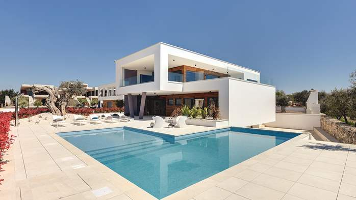 Newly built modern villa with 6 rooms, pool and large terrace, 1