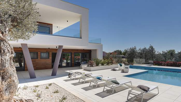 Newly built modern villa with 6 rooms, pool and large terrace, 7