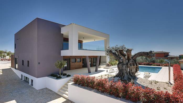 Newly built modern villa with 6 rooms, pool and large terrace, 4