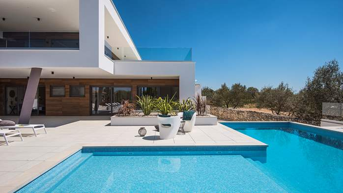 Newly built modern villa with 6 rooms, pool and large terrace, 6