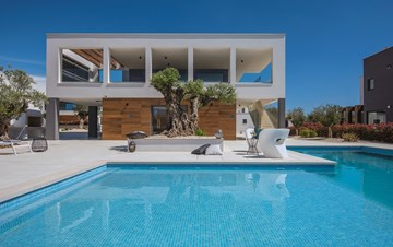 Elegant villa with sea view balcony, pool and sauna, for 12 pax
