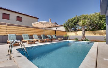 Lovely villa in a good location, with pool for up to 8 people