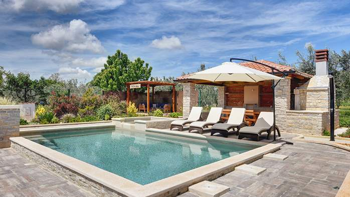 Villa with pool, sun terrace and beautifully landscaped garden, 2