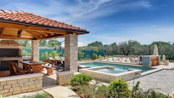 Villa with pool, sun terrace and beautifully landscaped garden, 8