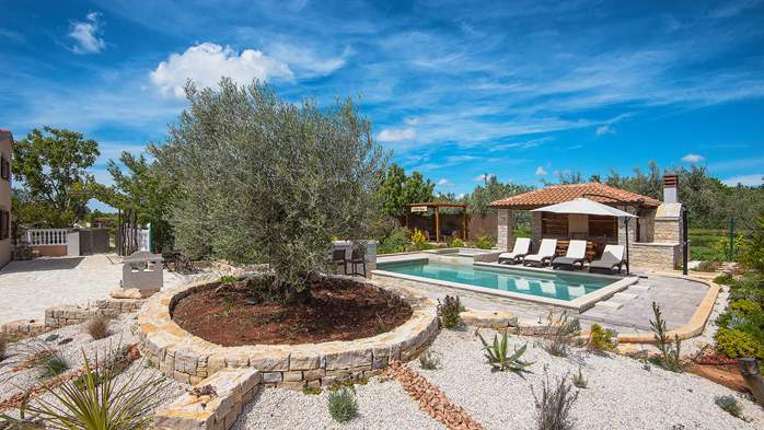 Villa with pool, sun terrace and beautifully landscaped garden, 5