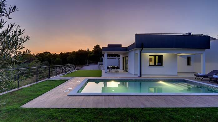 Beautiful villa with private pool and jacuzzi for eight people, 5