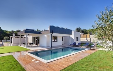 Beautiful villa with private pool and jacuzzi for eight people