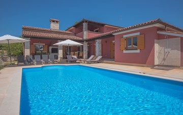 Lovely villa with a pool and large garden, surrounded by greenery
