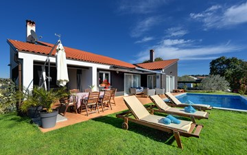 Luxury villa for 8 people with pool, jacuzzi and volleyball court