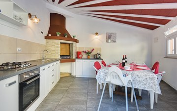 Spacious 3-storey villa with summer kitchen, barbecue and pool